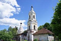 Le bâtiment est la tour de cloche du temple dans la région de Tver Image stock