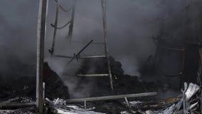 Le bâtiment est sur le feu Le pompier s'éteint le feu avec de l'eau Le marché extérieur est sur le feu détail banque de vidéos