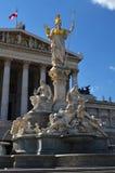 Le bâtiment et l'Athena Statue autrichiens du Parlement à Vienne image libre de droits