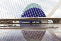 Le bâtiment et le pont d'agora avec la réflexion par Santiago Calatr Images stock