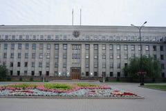 Le bâtiment historique de la période soviétique au centre d'Irkoutsk Photographie stock