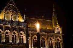 Le bâtiment hongrois du Parlement avec l'illu lumineux et bel Images stock