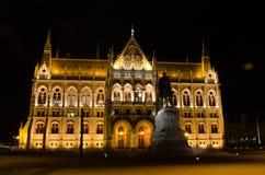 Le bâtiment hongrois du Parlement avec l'illu lumineux et bel Photographie stock libre de droits