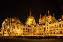 Le bâtiment hongrois du Parlement avec l'illu lumineux et bel Image stock