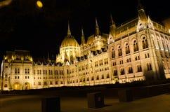 Le bâtiment hongrois du Parlement avec l'illu lumineux et bel Photo libre de droits