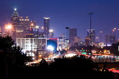Le bâtiment le plus grand à Atlanta du centre au crépuscule Images stock