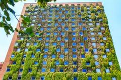 Le bâtiment moderne avec le concept vert d'eco à Santiago, Chili images stock