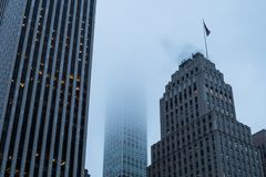 Le bâtiment le plus grand du ` s de New York en brouillard Images libres de droits