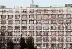 Le bâtiment résidentiel est rénové afin d'économiser l'énergie images libres de droits
