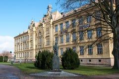 Le bâtiment scolaire historique dans Litovel, République Tchèque photos libres de droits