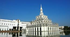 Le bâtiment symbolique du centre national d'enseignement par correspondance de Sukhothai Thammathirat photo stock