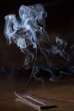 Le bâton d'encens couve et crée la fumée et l'odeur Photographie stock