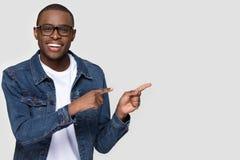 Le b?rande exponeringsglas f?r afrikansk man som ser kameran som ?t sidan pekar arkivfoton