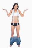 Le bärande jeans för kvinna som ner faller, därför att borttappade shes väger Arkivfoton