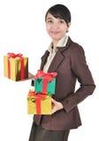 Le bärande stapel för affärskvinna av gåvor Arkivfoto