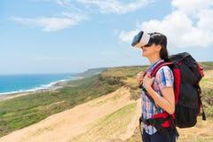 Le bärande virtuell verklighet för kvinnlig fotvandrare Royaltyfria Foton
