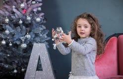 Le bébé élégant avec les détails à la mode de nouvelle année photographie stock libre de droits