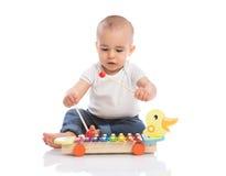Le bébé apprécient dans la musique de rythme image libre de droits