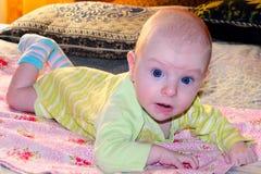 Le bébé apprend à tenir sa tête Photo stock