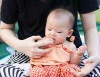Le bébé asiatique mignon ont plaisir à examiner la carotte photographie stock libre de droits