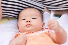 Le bébé asiatique ont plaisir à jouer le jouet au parc photo libre de droits