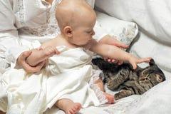 Le bébé avec l'appui de sa d'†de ‹d'†mère de ‹identifie le monde Photographie stock libre de droits