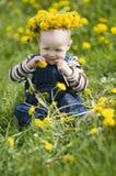 Le bébé avec la guirlande des fleurs Photos libres de droits