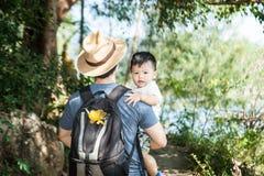 Le bébé avec le papa images stock