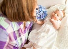 Le bébé avec vos mères se trouve sur le lit, concep de jour du ` s de mère Photographie stock libre de droits