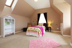 Le bébé badine la chambre à coucher avec le bâti rose. images libres de droits