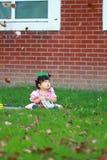 Le bébé chinois mignon porte des lunettes sur la pelouse Photo libre de droits