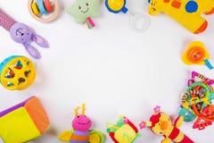 Le bébé coloré joue sur le blanc avec l'espace de copie Image stock