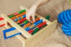 Le bébé d'élève du cours préparatoire apprend à compter Enfant mignon jouant avec le jouet d'abaque Petit garçon ayant l'amusemen Photo libre de droits