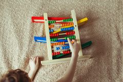 Le bébé d'élève du cours préparatoire apprend à compter Enfant mignon jouant avec le jouet d'abaque Petit garçon ayant l'amusemen Photographie stock libre de droits