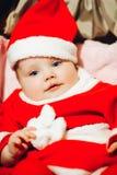 Le bébé d'ute de ¡ du  de à avec des yeux bleus dans Santa vêtent et chapeau image stock
