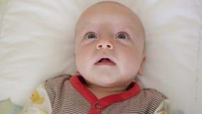 Le bébé dans le lit ne dort pas banque de vidéos