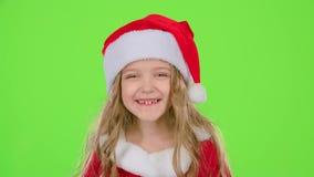 Le bébé dans un beau costume et un chapeau rouge du ` s de nouvelle année sourit Écran vert clips vidéos