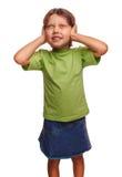 Le bébé de l'adolescence de fille remet couvrir ses oreilles et fermé photographie stock libre de droits