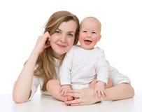 Le bébé de mère et d'enfant badinent rire smilling de fille Image libre de droits