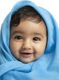 Le bébé de sourire a drapé dans la couverture bleue photographie stock libre de droits