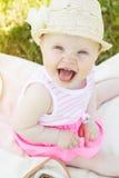 Le bébé de sourire gai utilise le chapeau images libres de droits