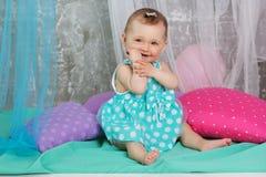 Le bébé de sourire porte la robe bleue image stock