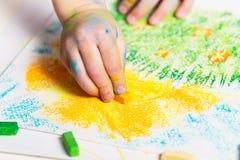 Le bébé dessine les crayons photographie stock