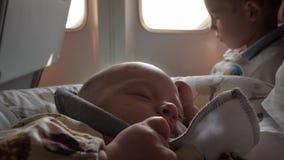 Le bébé dort pendant le vol clips vidéos