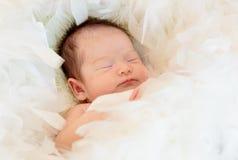 le bébé dort sur la couverture de fourrure image libre de droits