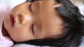 Le bébé dort sur son lit clips vidéos