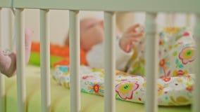 Le bébé doux se trouve sur un dos Images libres de droits