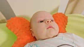 Le bébé doux se trouve sur un dos Photographie stock libre de droits
