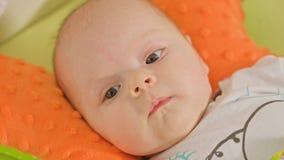 Le bébé doux se trouve sur un dos Image stock