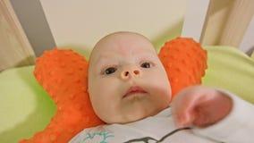 Le bébé doux se trouve sur un dos Images stock